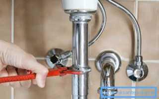 Хромированная труба в ванной комнате