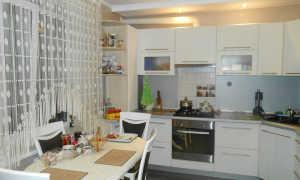 Классический и модный: 2 идей оформления интерьера кухни в серо-белых тонах